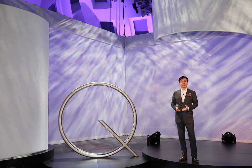 Kim introduces the company�s new QLED TVs
