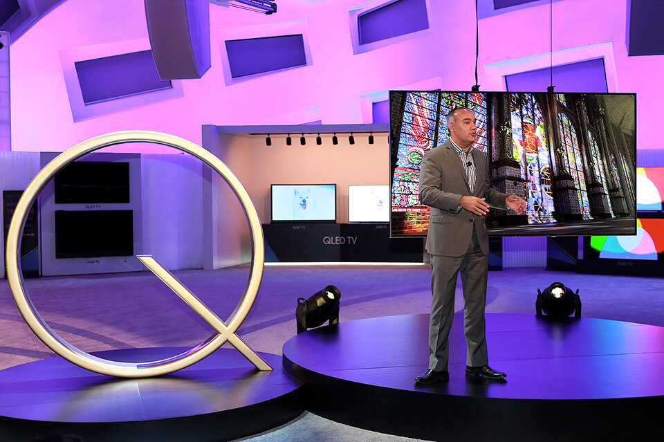Dave Das highlights the benefits of the QLED TV�s optical cable